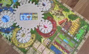 The three key scoring areas: The blue cog (Chichen Itza), the Monuments (pictures on the main cog) and the temples (right)